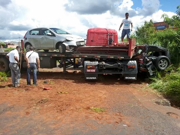 Caminhão perde o controle e invade carro de outro lado da pista (Foto: Divulgação / Tv Tem)