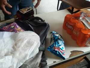Foram encontrados bebidas, armas e celulares (Foto: Divulgação/Sinpoljuspi)