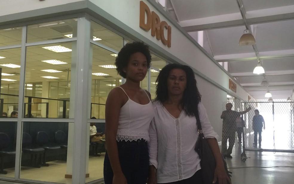 Participante do The Voice foi com a mãe à DRCI para registrar queixa contra ofensas na internet (Foto: Alessandro Ferreira/G1)