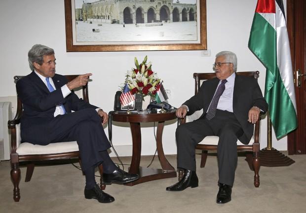 John Kerry, secretário de Estado dos EUA (à direita) conversa com o líder palestino Mahmoud Abbas na cidade de Ramallah (Foto: Mohamed Torokman/AP)