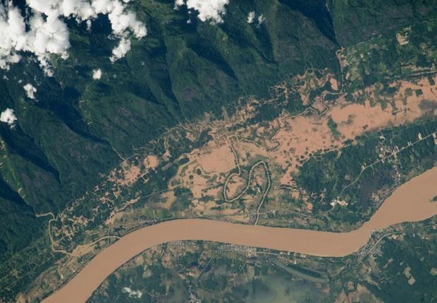 O rio Mekong, o maior rio no sudoeste da Ásia, que corre na fronteira entre Tailândia e o Laos. A imagem traz uma chuva forte de monção registrada em julho a partir da ISS (Foto: NASA)