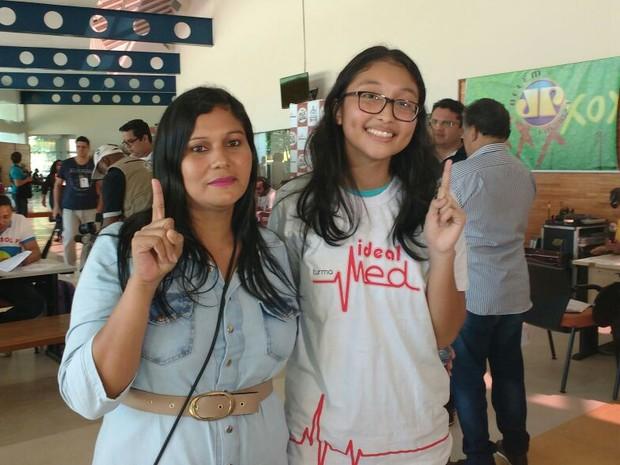 Beatriz Ishigaki (d) passou em primeiro lugar geral na UFPA e UEPA (Foto: Thais Rezende / G1 Pará)