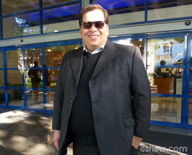 Leandro Hassum posa estiloso nos bastidores (Foto: Na Moral / TV Globo)