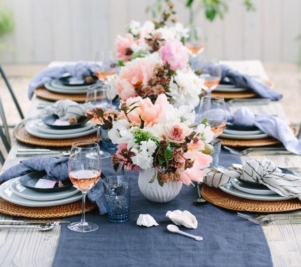 O jantar de noivado pede uma mesa mais sofisticada e elegante, como essa que alterna os tons de azul. Vasos simples enfileirados fazem a vez de um lindo centro de mesa.  (Foto: Reprodução/Pinterest)