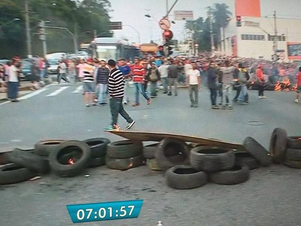 Marginal Pinheiros está parcialmente bloqueada na altura da Ponte Transamérica por um protesto na manhã desta terça-feira (30) (Foto: Reprodução/TV Globo)