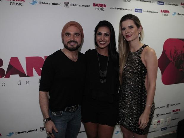 Ex-BBB Amanda com Luciano e a mulher, Flávia Camargo, em show no Rio (Foto: Isac Luz/ EGO)