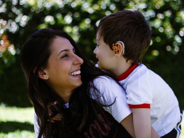 Mãe aumentou a autoestima do filho após criar o acessório para o aparelho auditivo  (Foto: Arquivo pessoal )