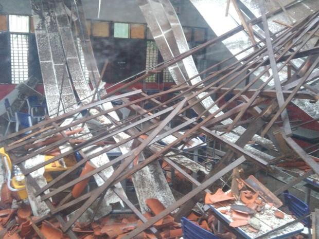 Parte do teto desabou sobre alunos de escola do nível fundamental em São Luís (Foto: João Ricardo/G1)