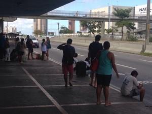 População agurada trasnporte públicos nas paradas da cidade (Foto: Eduardo Rodrigues/Inter TV Cabugi)