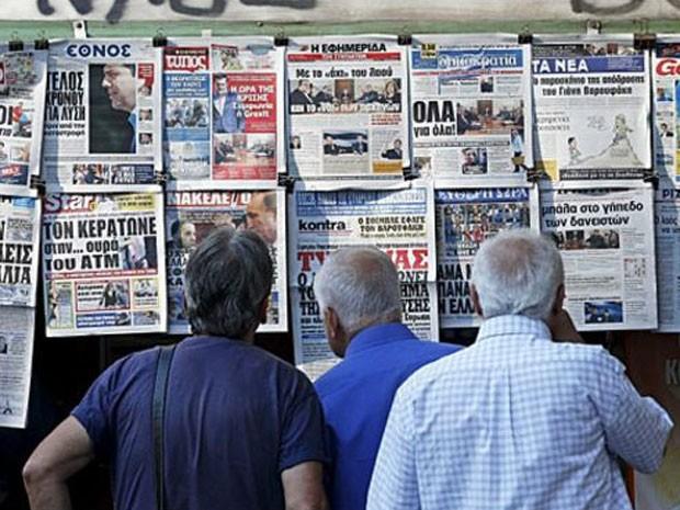 Gregos tentam descobrir se país ficará na zona do euro  (Foto: Reuters)