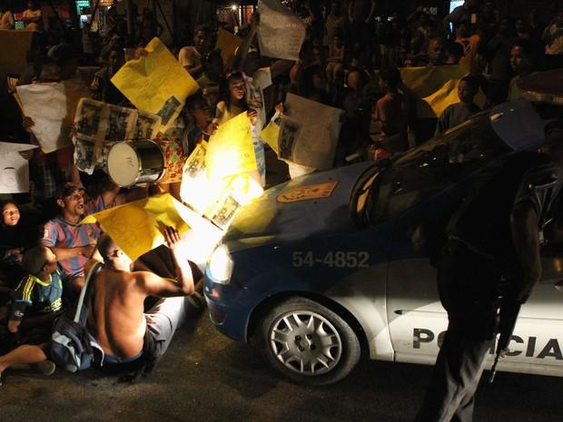 Protesto de moradores da comunidade da Rocinha, na Zona Sul do Rio de Janeiro, fecha as pistas a Autoestrada Lagoa-Barra, próximo ao túnel Zuzu Angel, nesta sexta-feira (19). (Foto: João Laet/Agência O Dia/Estadão Conteúdo)