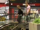 Thor Batista é fotografado com loira em shopping