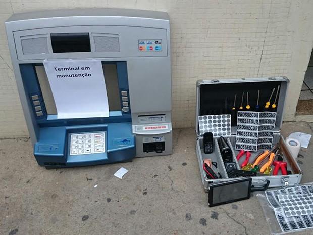 Aparelho 'chupa-cabra' estava dentro de uma frente falsa de caixa eletrônico (Foto: Aline Vanzella/ Rede Vanguarda)