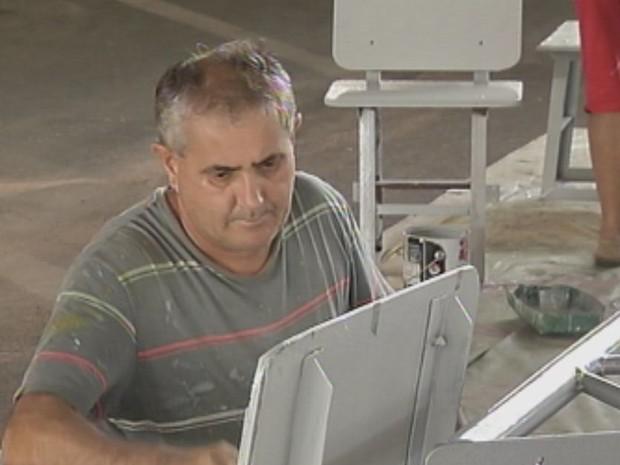 Almir é um dos voluntários e ajuda na pintura das estrutura  (Foto: reprodução/ TV TEM)