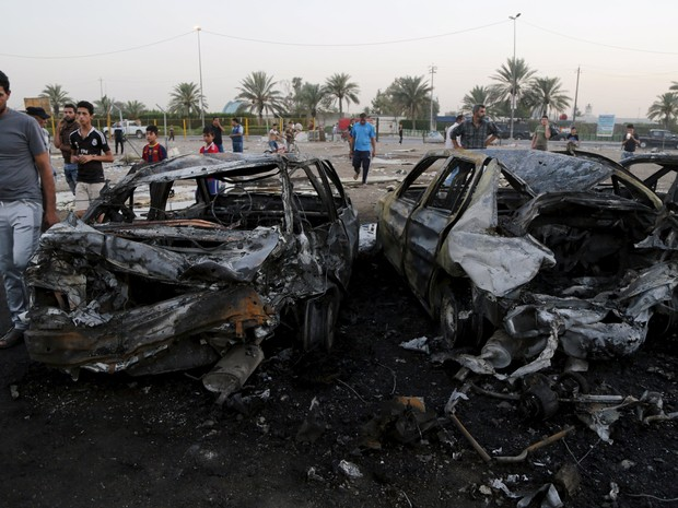 Destruição causada por atentado em mercado de carros no Iraque, neste sábado (15) (Foto: Wissm Al- Okili/Reuters)