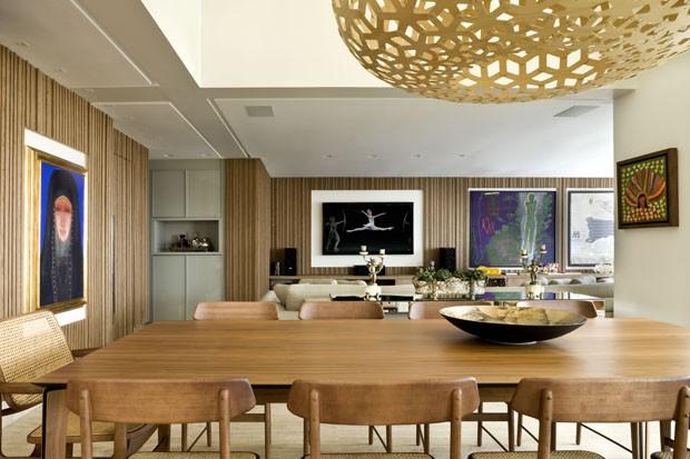 Madeira valoriza obras de arte em apartamento contemporâneo (Foto: Edgard Cesar/ Divulgação)