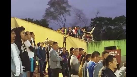 Torcedores pulam muro de estádio para ver jogo da Série D no Acre; vídeo