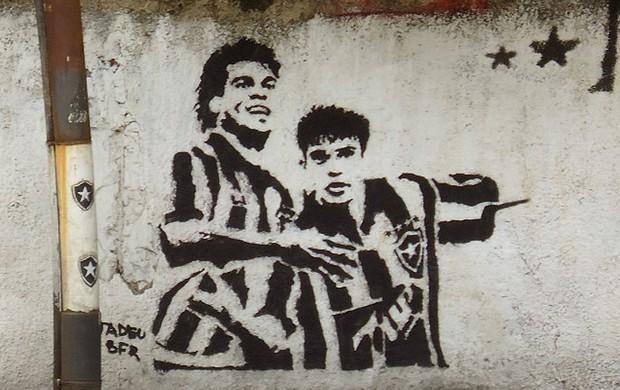 Túlio e Donizete pintura muro Botafogo  (Foto: Gustavo Rotstein / GLOBOESPORTE.COM)