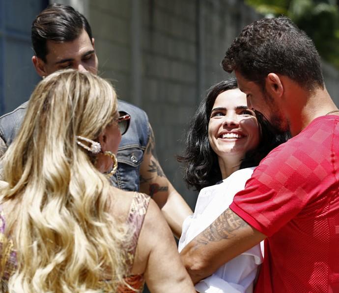 Tóia sai da prisão e comemora ao lado do amado e dos amigos (Foto: Inácio Moraes / Gshow)