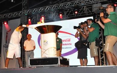 O maratonista Donilson Silva acende a pira olímpica em terras tapajônicas e encerra o revezamento (Foto: Adonias Silva/G1)