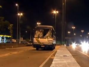 Ônibus que levava torcedores ficou destruído  (Foto: Reprodução/Rede Globo)