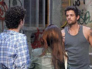 Os dois dão de car com Moisés e disfarçam (Foto: Malhação / Tv Globo)