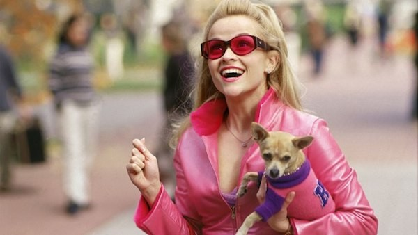 A atriz Reese Whiterspoon em cena de Legalmente Loira (Foto: Reprodução)