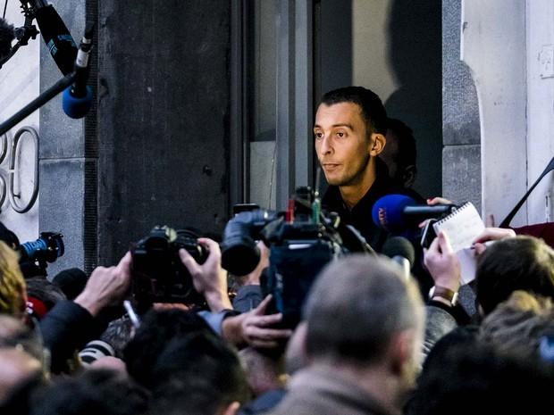 Mohamed Abdeslam, irmão do suspeito Salah Abdeslam e de Ibrahim, que se explodiu em frente a um bar de Paris, fala à imprensa  nesta segunda-feira (16) após ser solto (Foto: REUTERS/Benoit De Freine)