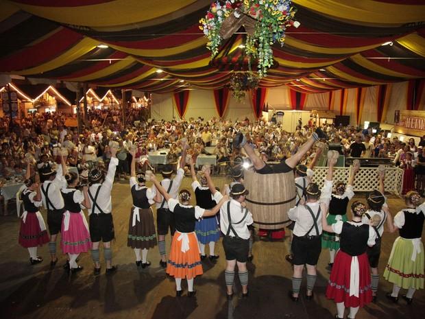 Danças e competições típicas são atrações diárias da festa (Foto: Martin Rumberger/Divulgação)