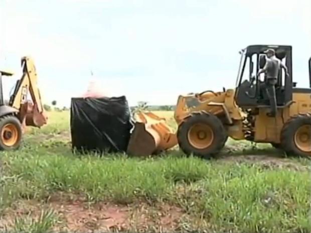 Barracos foram derrubados durante a reintegração (Foto: Reprodução / TV TEM)