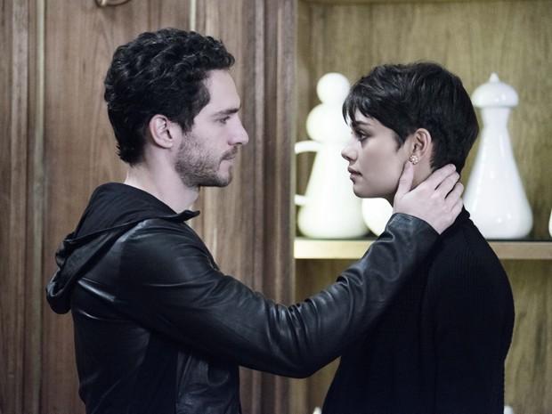 Gonzalez vai até a mansão de Angela para confortar Duda (Foto: Ellen Soares / TV Globo)