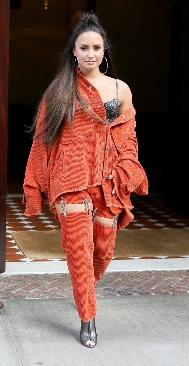 Demi e seu look diferente (Foto: Backgrid)