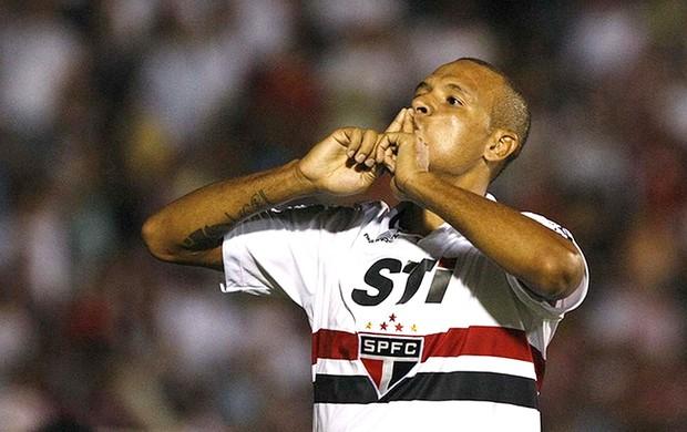 Luis Fabiano comemora gol na  partida do São Paulo contra o São Caetano (Foto: Rubens Chiri / saopaulofc.net)