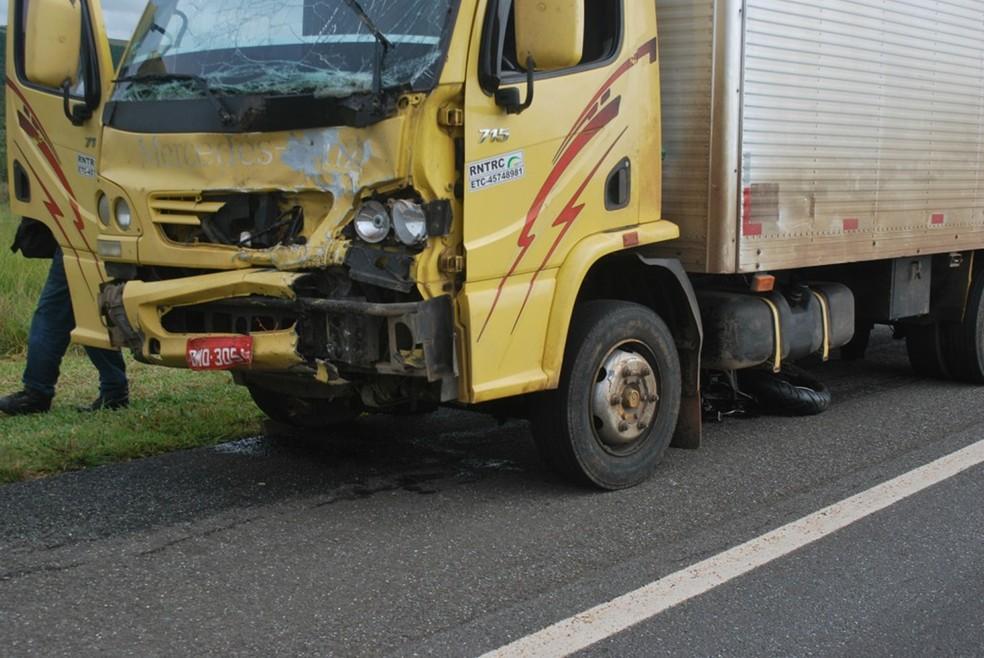 Motociclista não resistiu aos ferimentos e morreu no local (Foto: Reprodução/Jornal Regional News - Mark Pupo)
