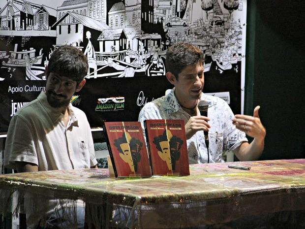 Gabriel Bá (esquerda) e Fábio Moon participaram de lançamento da HQ 'Dois Irmãos' em Manaus (Foto: Sérgio Rodrigues/G1 AM)