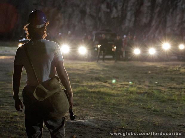 Alberto é flagrado por Cassiano e tenentes (Foto: Flor do Caribe / TV Globo)