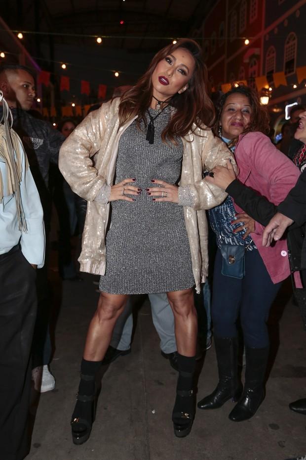 Sabrina Sato faz pose... e mulher atrás imita (Foto: Rafael Cusato/Brazil News)