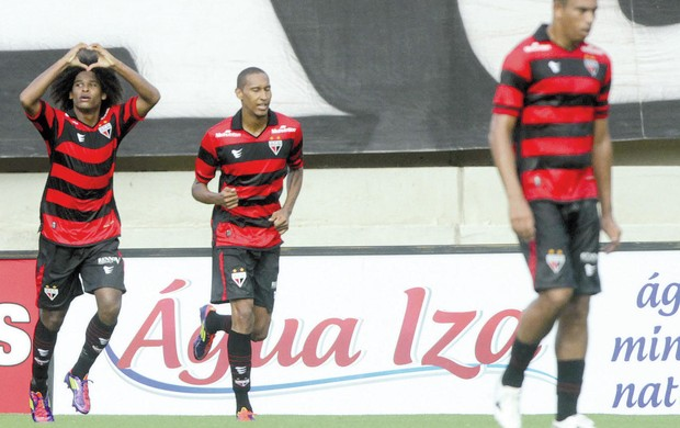 Wiliam Barbio comemora gol contra o Goiás (Foto: Renato Conde/O Popular)