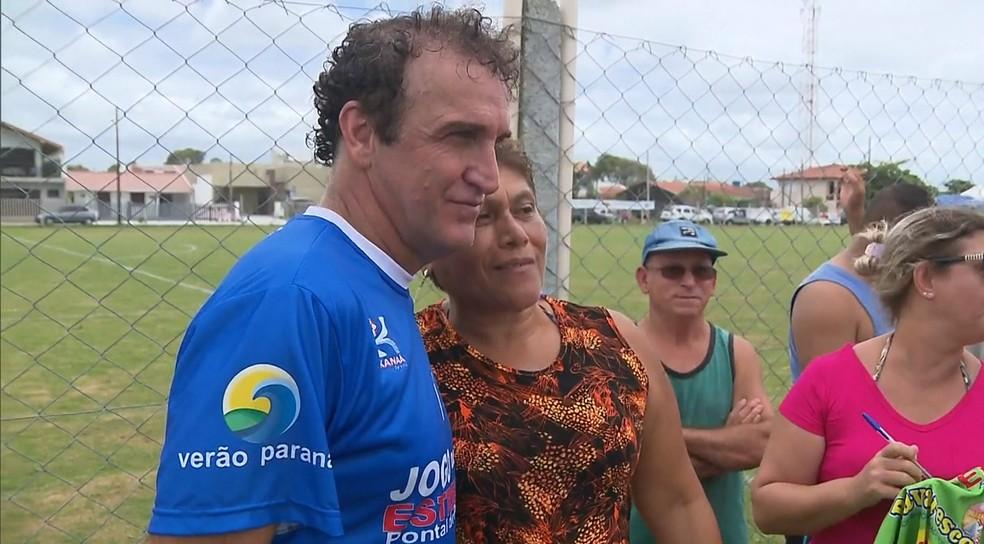 Cuca aproveitou as férias para jogar futebol no litoral paranaense (Foto: Reprodução/RPC)