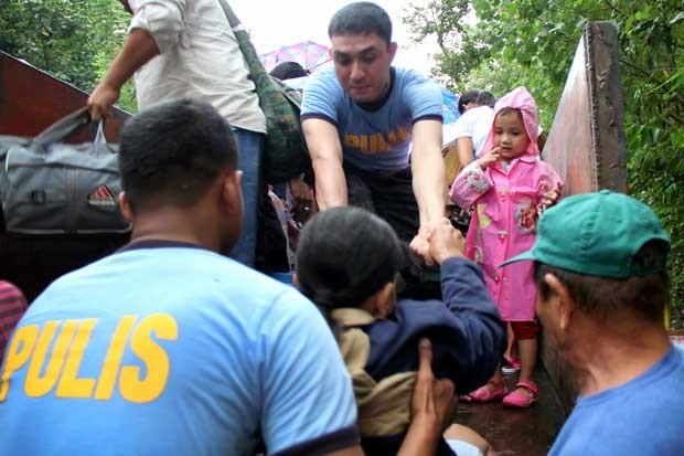 Moradores da cidade de Legazpi, na província de Albay, ao sul de Manila, são evacuados nesta quinta-feira (7) (Foto: Carisma Z. Sayat/ AFP)