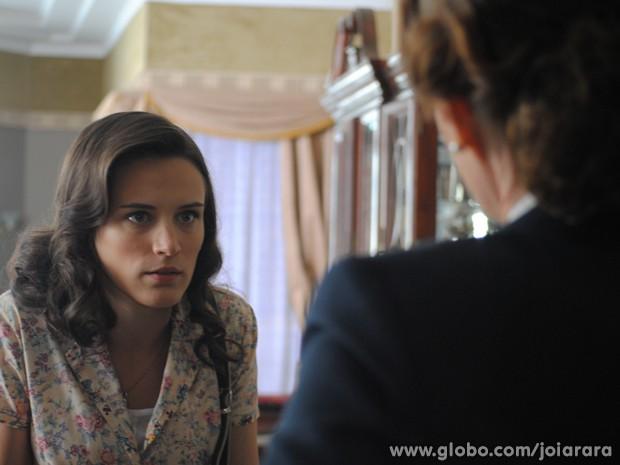 Amélia pressiona Pilar: 'Você sabe que é crime dar falso testemunho?' (Foto: Joia Rara/TV Globo)
