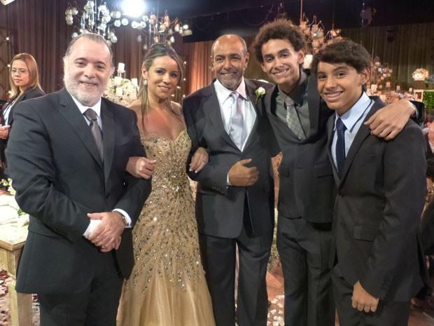 Tony Ramos posa com os recém-casados Silvana e Wiliam e os dois filhos (Foto: Paula Oliveira/Gshow)
