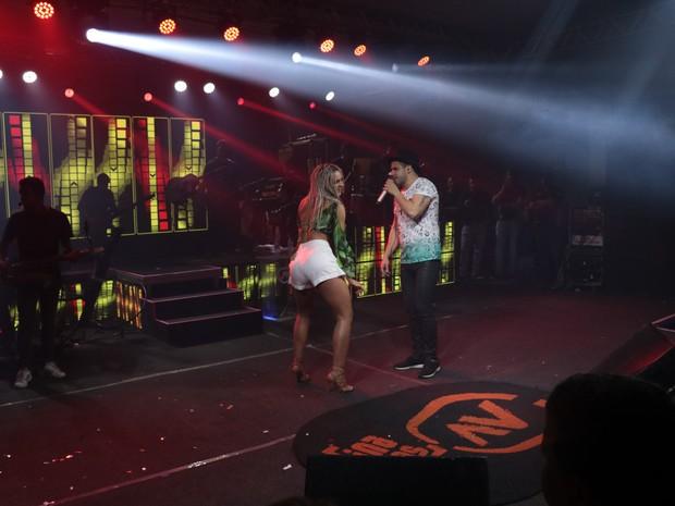 Fernanda Lacerda, a Mendigata, com o cantor Avine Vinny em show em Fortaleza, no Ceará (Foto: Fred Pontes/ Divulgação)