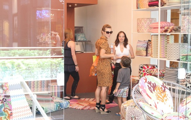 Carolina Dieckmann faz compras com os filhos em shopping do Rio (Foto: Daniel Delmiro / AgNews)