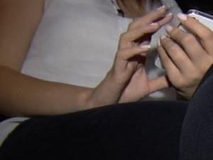 Garota que fez teve vídeo de sexo divulgado diz que fez por amor (Foto: Reprodução/TV Anhanguera)