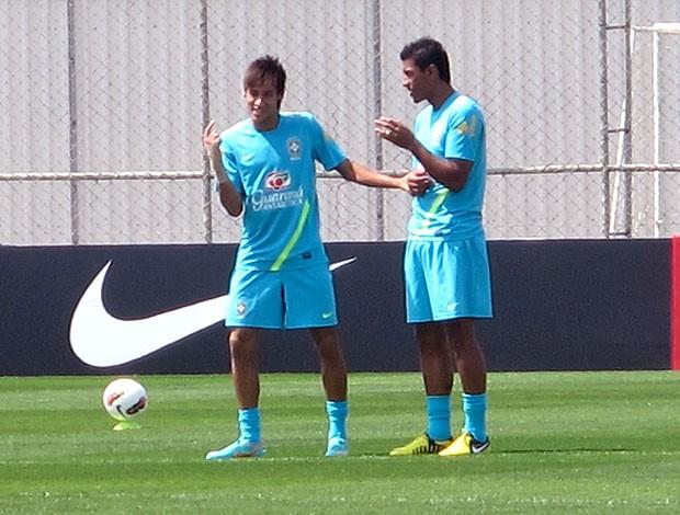 Neymar e Paulinho no treino da Seleção (Foto: Rodrigo Faber / Globoesporte.com)