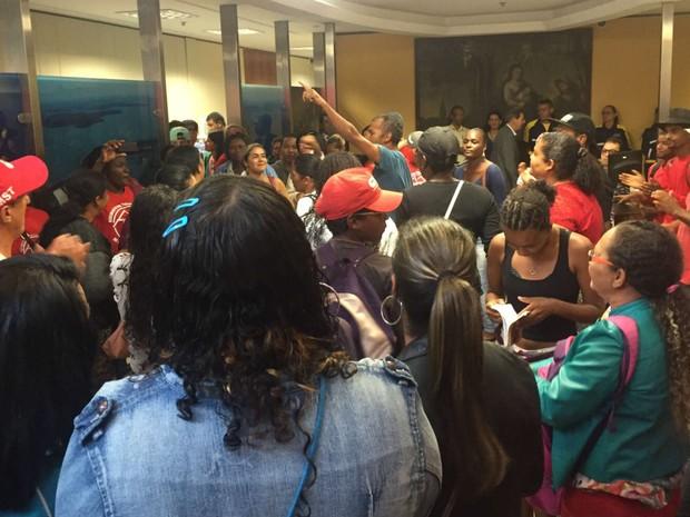 Manifestantes invadem sede do Ministério de Minas e Energia, em Brasília (Foto: Jéssica Nascimento/G1)