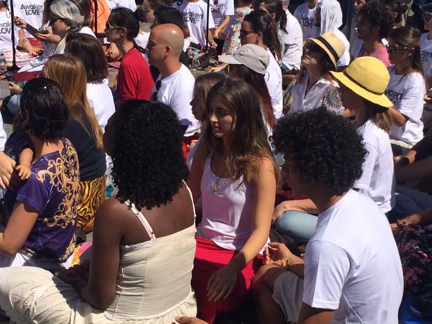 Evento de meditação lotou o santuário do Cristo Redentor, no Rio (Foto: Matheus Rodrigues/ G1)