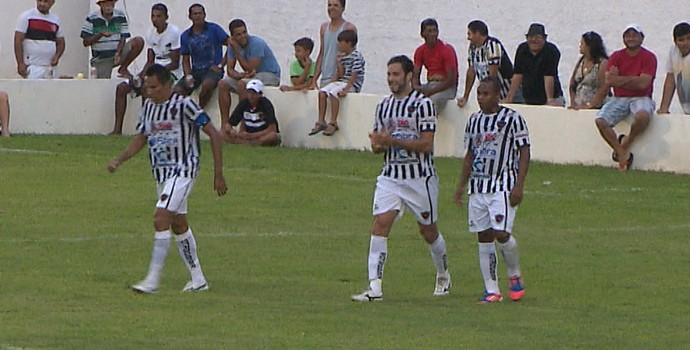 Jogadores do Botafogo-PB comemoram gol de Frontini, em amistosos contra o Atlético Potengi (Foto: Reprodução / TV Cabo Branco)
