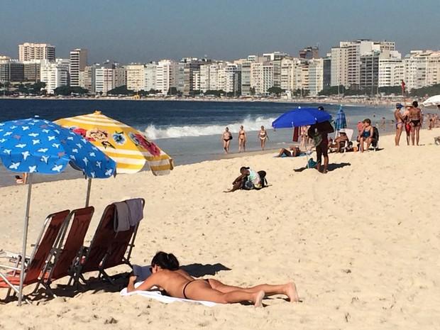 Banhistas aproveitaram o tempo bom para tomar sol em Copacabana (Foto: G1)